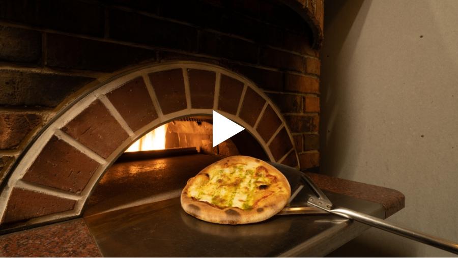 石窯で焼いてるピザ動画